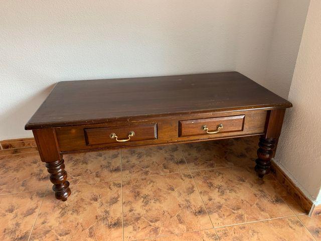 Mesa baja de madera maciza color nogal