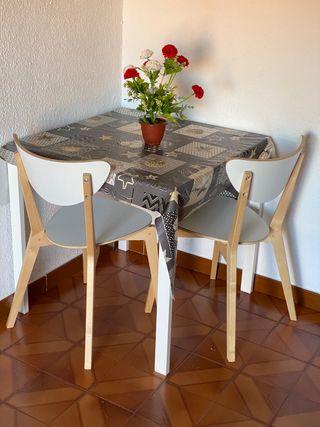 Mesa de salon con dos sillas incluidas
