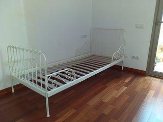 cama de metal Ikea para niña