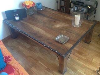 Mesa de centro, de madera maciza y forja