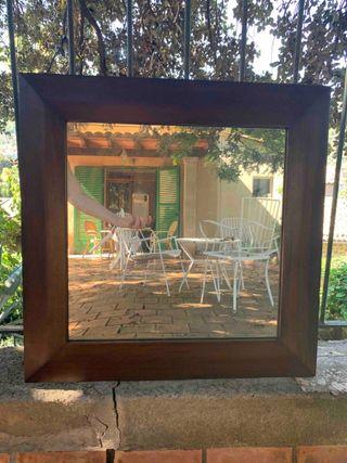 Espejo cuadrado con marco de madera, de Becara