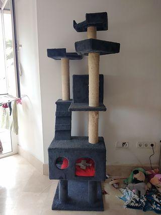 casita rascador de gatos prácticamente nuevo