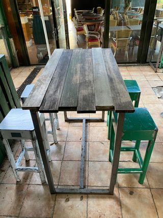 Mesa larga con 4 taburetes