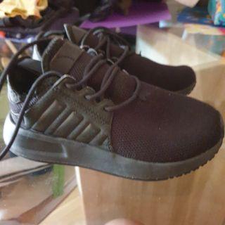 zapatillas negras de niño