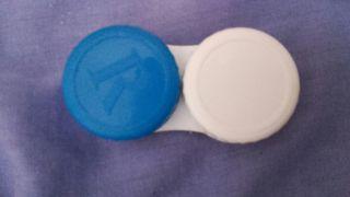 Envase para lentillas azul y blanco