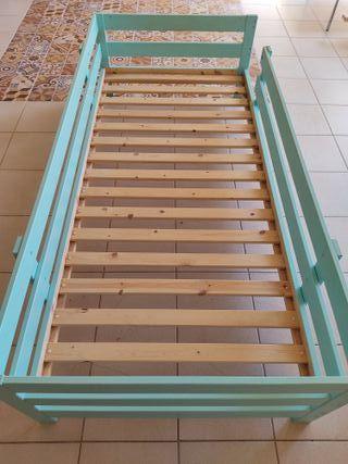 Cama de madera con barandilla para niño