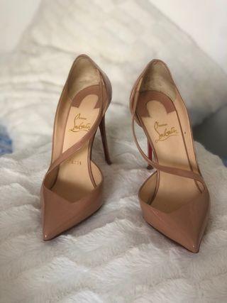Zapatos de tacón alto de charol marca Christi