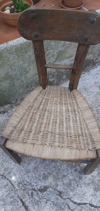 pequeña silla antigua
