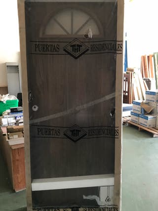 Puerta de entrada metálica con cristal