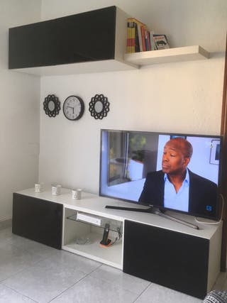 Mueble de comedor blanco con puertas de cristal.