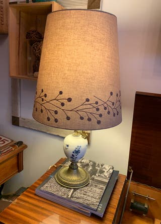 Lámpara antigua de porcelana y bronce.