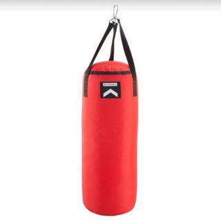Saco de boxeo con guantes