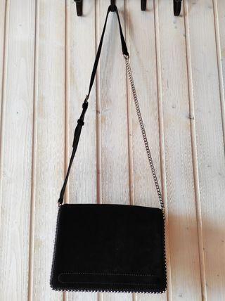Bolso negro ante Zara.