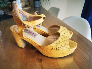 zapatos tacon ocre