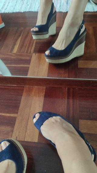 sandalia ante azul marino con cuña de esparto