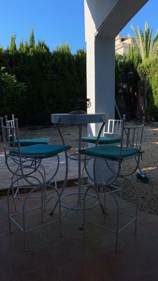 Conjunto de mesa y taburetes de forja