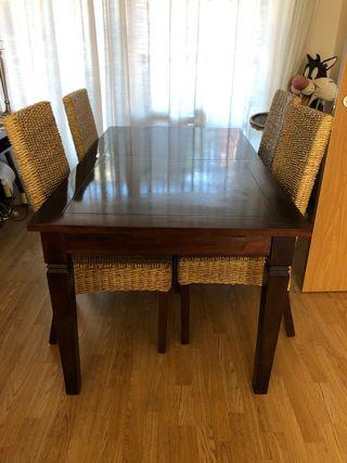 Mesa salón de madera Banak y sillas ratan