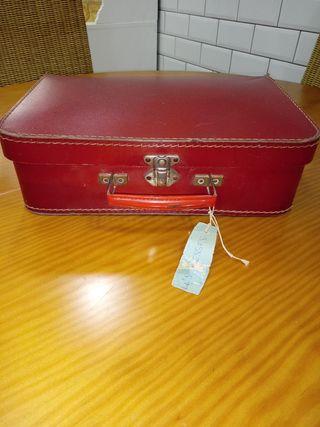 Antigua maleta de cartón con ropa para muñeca