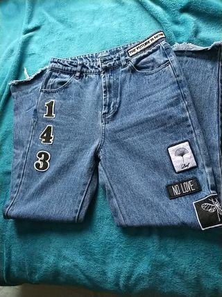 Pantalón con pegatinas