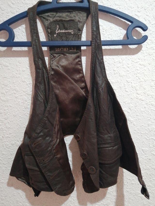 Chalecos de piel negro y marrón.