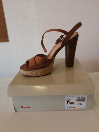 Sandalia de tacón.