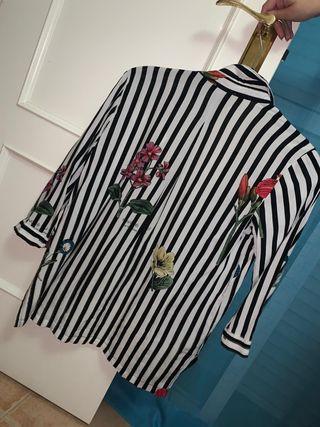 camisa de rallas y flores