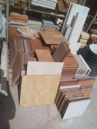 restos de solería y azulejos