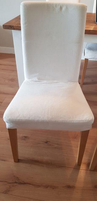 4 sillas de ikea con funda blanca.
