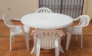 Mesa y 4 sillas resina