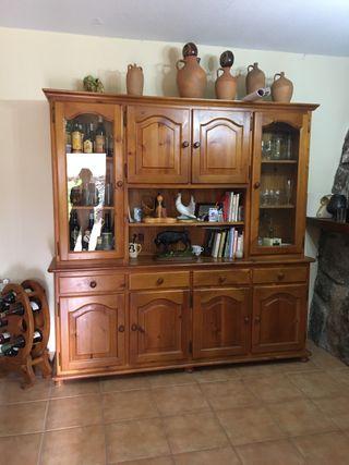 Mueble de pino color miel