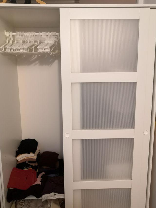 """Armarios dos puertas correderas """"Kvikne"""" de Ikea"""