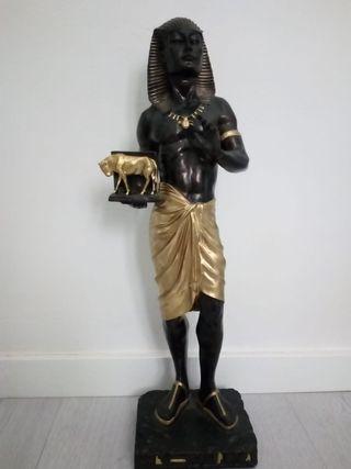 figura egipcio es muy grande