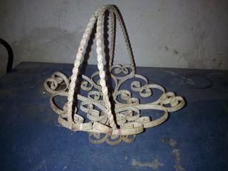 antigua cesta de forja