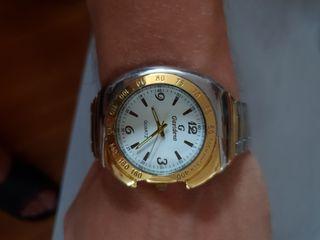 Reloj de cuarzo dorado y plateado