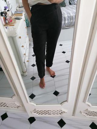 pantalon de pinzas marron con etiqueta