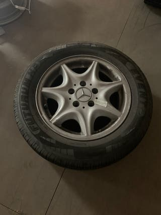 Llanta y neumático mercedes.