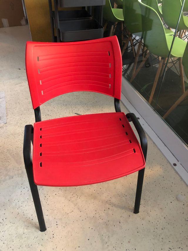 sillas rojas y azules