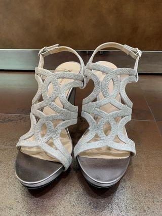 Sandalias piel en plata talla 37