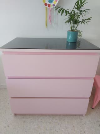 cómoda MALM Ikea rosa pastel+cristal ahumado