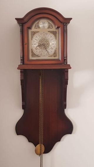 Reloj de pared con péndulos