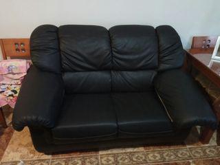 sofá negro de escay. Urge vender por espacio.