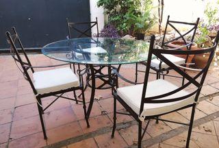 Sillas y mesa de terraza de cristal y forja