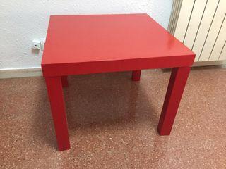 Mesa pequeña de color rojo