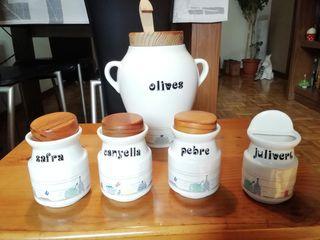 Especiero y jarra de aceitunas