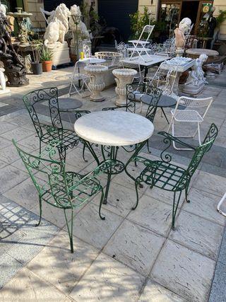 Mesa de hierro con cuatro sillas