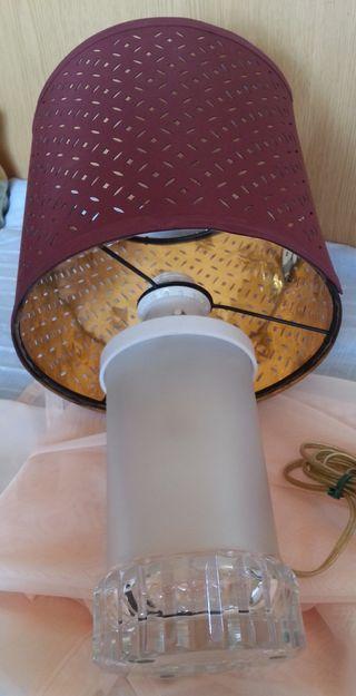Lámpara de mesa en vidrio. Funcionando.