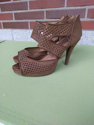 sandalia tacón rejilla