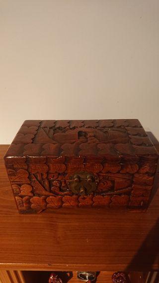 cofre madera tallado