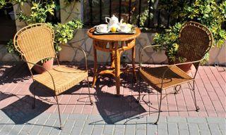 Dos sillas de mimbre y hierro forjado
