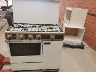 Cocina con horno y 4 fuegos a gas.